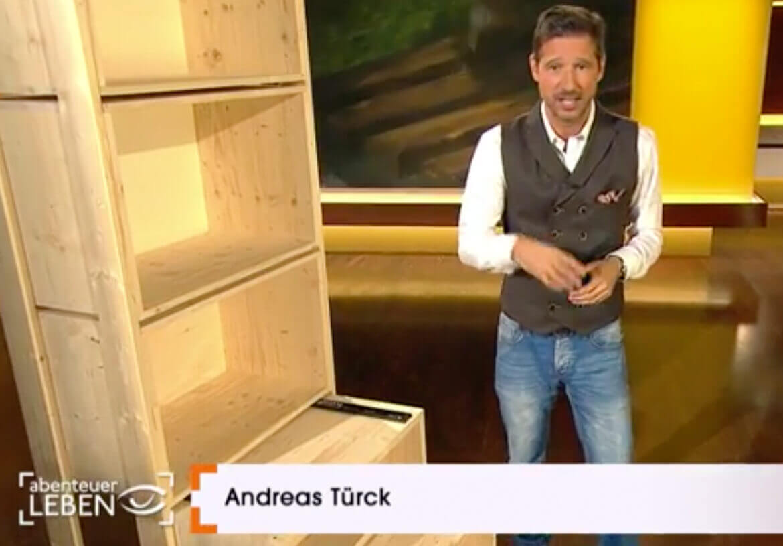 TV-Moderator Andreas Türck in einer Doppelreiher Weste von DORNSCHILD.