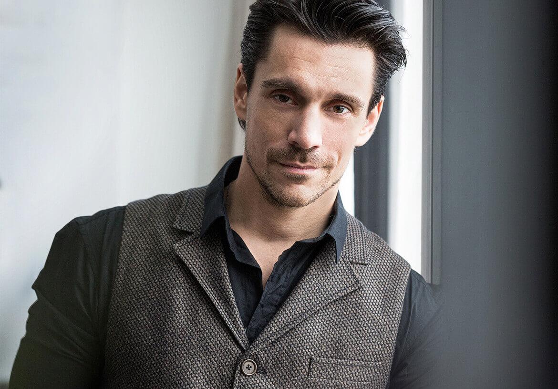 Schauspieler Philipp Christopher stilvoll und lässig in einer Herrenweste von DORNSCHILD.