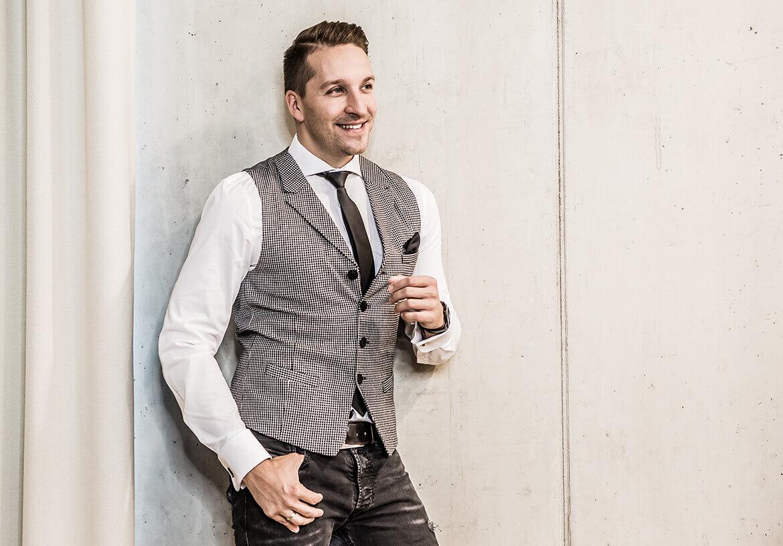Singer & Gentleman Tom Marks stylish and smart in a men's vest from DORNSCHILD.