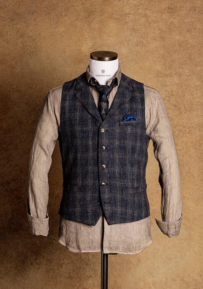 Dunkelblaue Einreiher Herren Weste auch Gilet genannt mit Kragen und dezent kariertem Karo Muster in Grau für einen lässigen und edlen Style von Dornschild