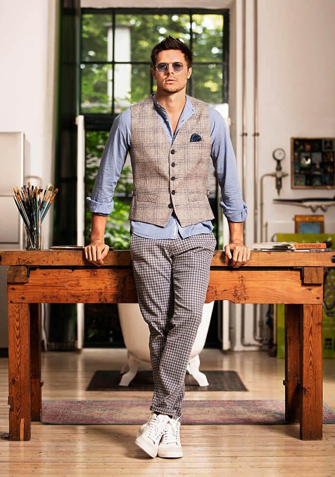 DORNSCHILD – stylish men´s vests made of finest Italian linen for a perfect Summer.