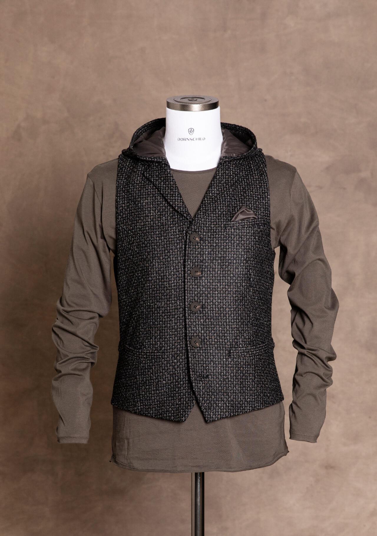 Sportlich schicke und modische Premium Herrenweste von DORNSCHILD mit abnehmbarer Kapuze Schwarz Grau gemustert für einen lässigen und stilvollen Auftritt.