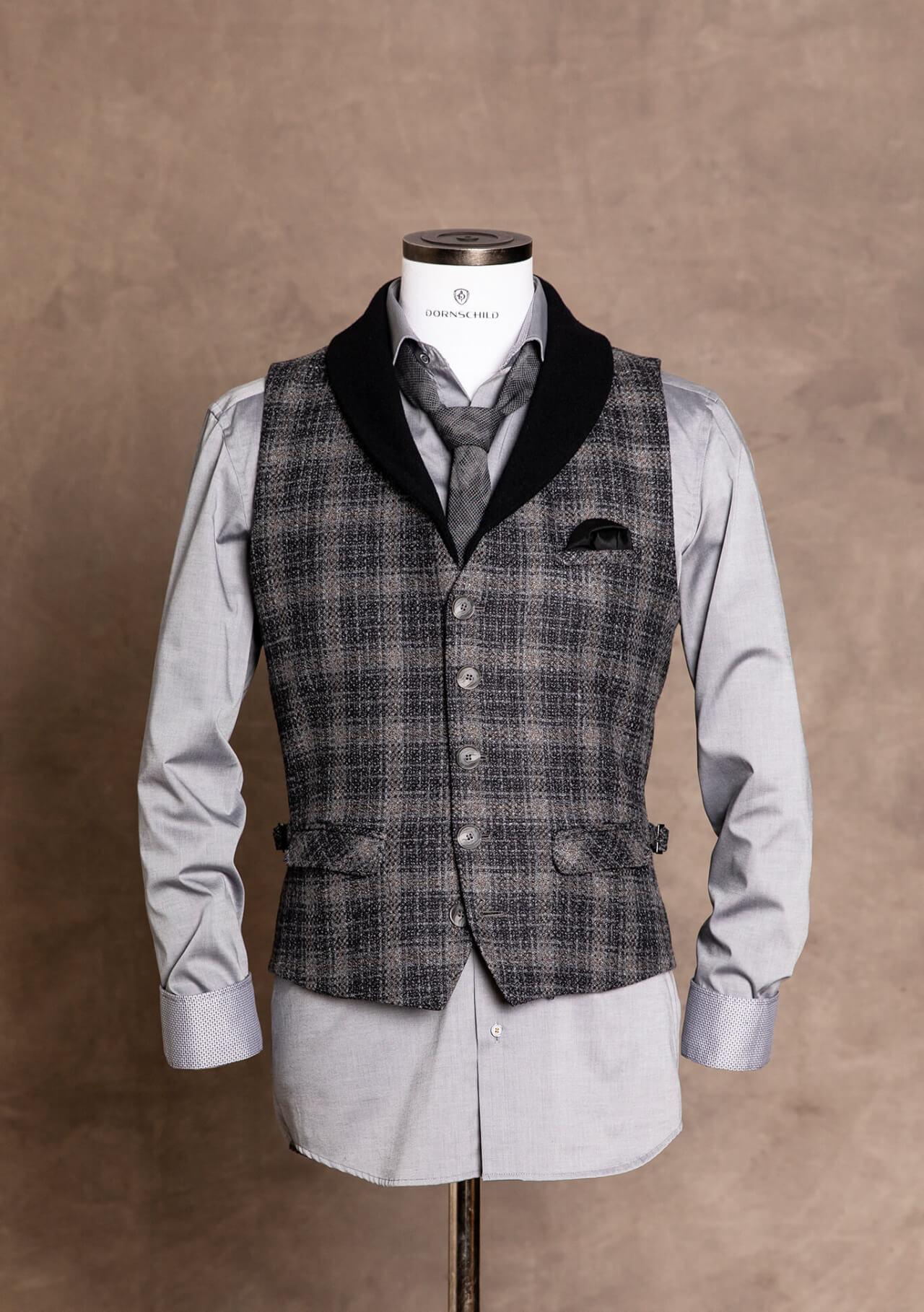 Schicke, lässige und edle Premium Einreiher Herren Weste / Gilet von DORNSCHILD Schwarz Grau kariert aus feinstem italienischen Stoff mit abnehmbaren Schalkragen aus Wolle.
