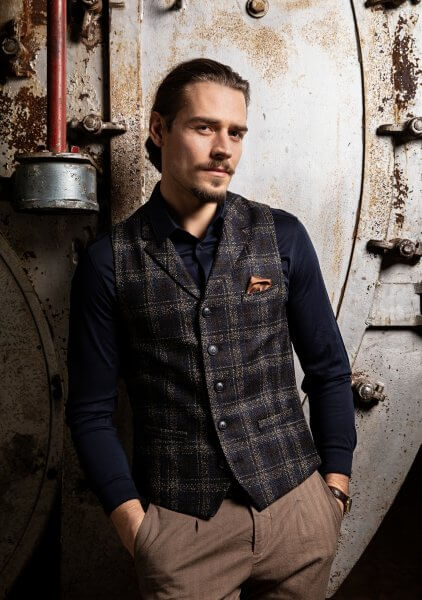 Elegant and stylish premium men's vest gilet from DORNSCHILD black blue plaid with fine stripes in cognac made of feisty Italian fabric.