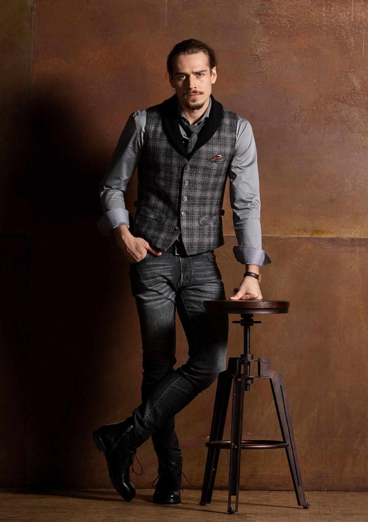 Schicke, lässige und edle Premium Einreiher Herren Weste / Gilet Schwarz Grau kariert aus feinstem italienischen Stoff mit abnehmbaren Schalkragen aus Wolle.
