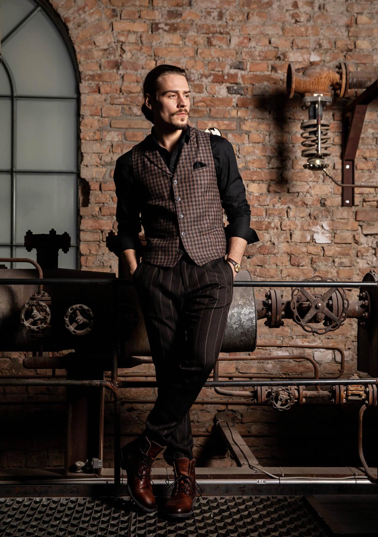 Hochwertige Designer Herrenweste / Gilet mit Kragen von DORNSCHILD mit edlem braun-schwarzen Muster aus feinstem italienischen Stoff.
